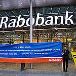 UTRECHT - Greenpeace vraagt medewerkers van Rabobank na te denken over investeren in duurzame landbouw. FOTO MARTEN VAN DIJL / GREENPEACE