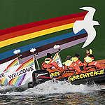 De Rainbow Warrior legt de loopplank voor je uit