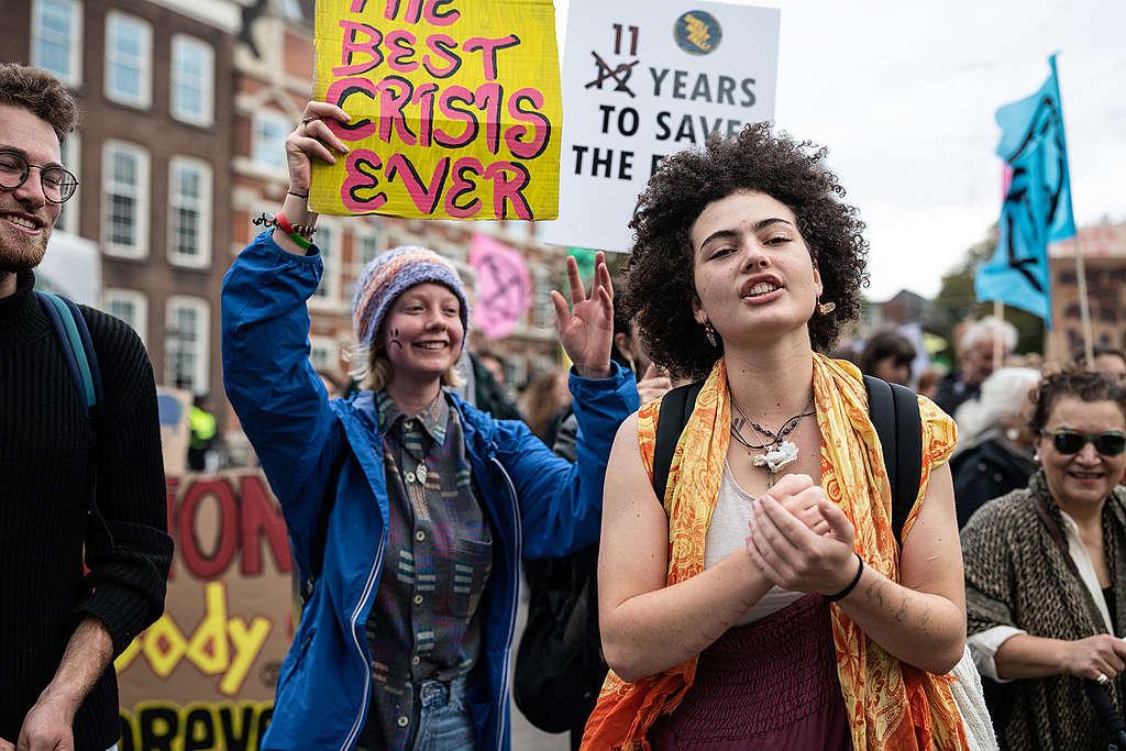 Duizenden mensen verzamelen zich in Den Haag om te protesteren tegen de problemen die de klimaatverandering teweeg brengt.