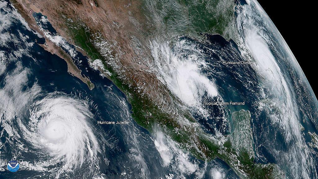 Satelietbeeld waarop de orkanen Juliette en Dorian te zien zijn samen met tropische storm Fernand.