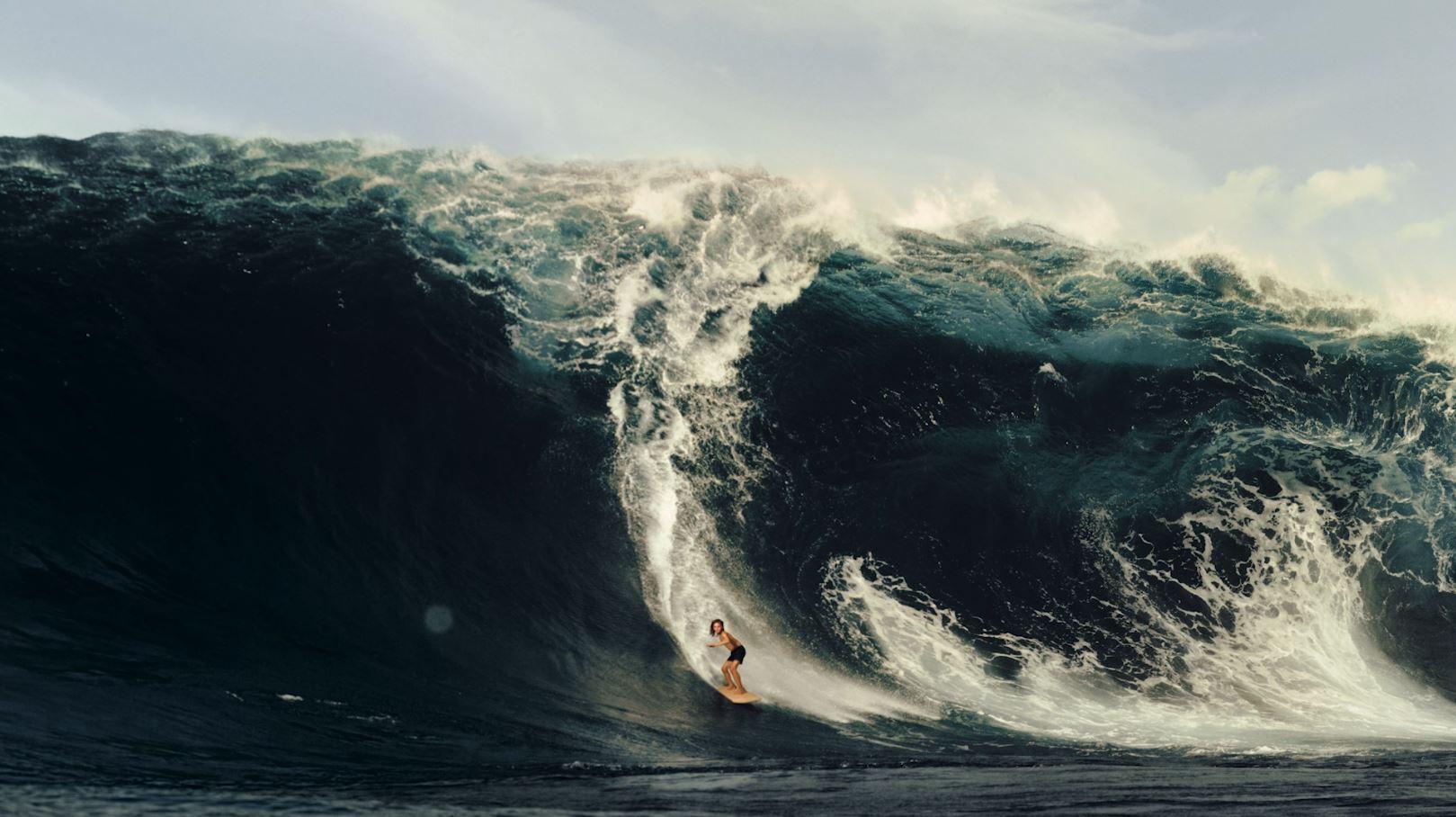 Surfer op golf; beeld uit tv reclame.