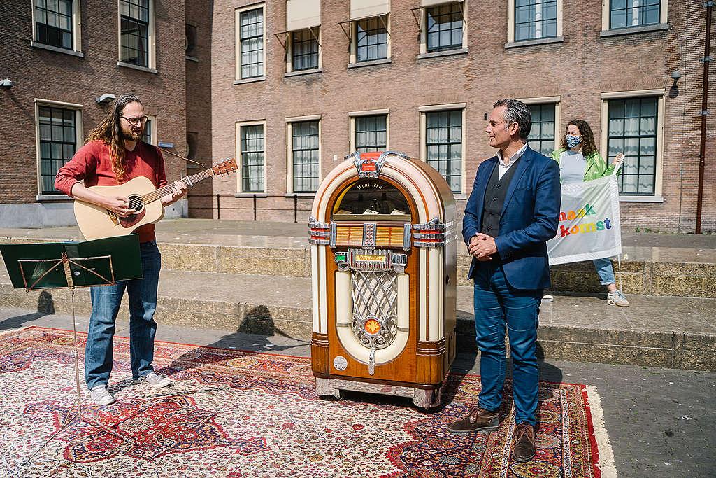 Tom van der Lee van GroenLinks en Florian Wolff bij de toekomstmuziek jokebox.