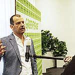 Den Haag, 20210520 Persconferentie Greenpeace.  De overheid moet drastisch meer maatregelen nemen om de uitstoot van stikstof snel naar beneden te brengen, dat eist Greenpeace Nederland vandaag in een sommatiebrief aan premier Rutte en minister Schouten van Landbouw, Natuur en Voedselkwaliteit. Op de foto: Andy Palmen, directeur (a.i.) Greenpeace Nederland (midden) Bondine Kloostra, advocaat Prakken d'Oliveira (links) - Roland Bobbink, ecoloog onderzoekcentrum B-WARE (rechts)  Foto: (c)Michiel Wijnbergh