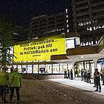 Actievoerders van Greenpeace zijn vanochtend op het dak van de nieuwe Tweede Kamer in Den Haag geklommen om drastische maatregelen tegen de natuurcrisis af te dwingen. Nederland schendt al jaren de Europese natuurbeschermingswetten door de extreem hoge uitstoot van stikstof die neerslaat in de natuur. Greenpeace roept de politiek op om nu met oplossingen te komen om de natuurcrisis serieus aan te pakken. De