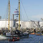 Foto: Actievoerders Greenpeace blokkeren olieraffinaderij Pernis