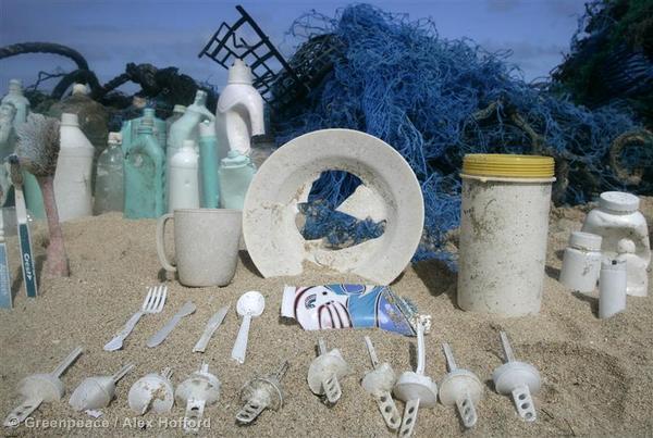 strand full av plast, mye engangs