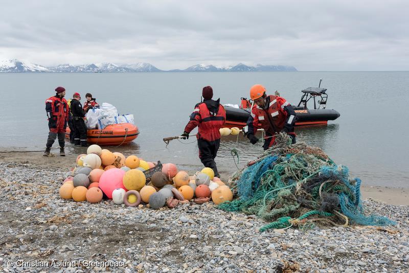Greenpeace rydder en strand på Svalbard