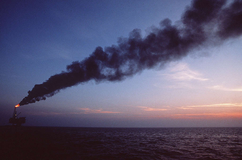 Oil Rig Brent B in the North Sea. © Fred Dott / Greenpeace