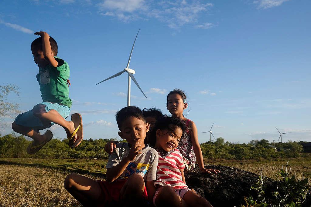 Children at Wind Farm in Guimaras, Philippines. © Veejay Villafranca / Greenpeace