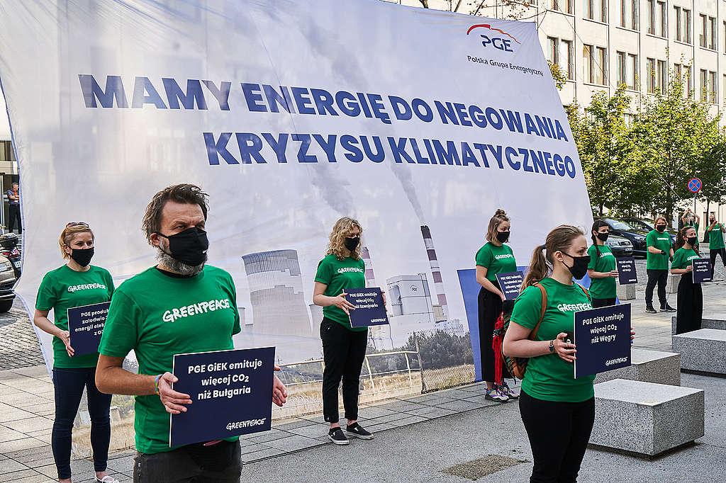 Dziś rano aktywistki i aktywiści Greenpeace pojawili się przed siedzibą PGE z ośmiometrowym transparentem na którym znalazła się przerobiona reklama koncernu z hasłem - Mamy energię do negowania kryzysu klimatycznego. Akcja jest komentarzem do oficjalnej odpowiedzi spółki córki PGE - PGE GiEK - na pozew klimatyczny fundacji Greenpeace, w której największy niszczyciel klimatu w Polsce zaprzecza naukowemu konsensusowi w sprawie zmiany klimatu. Aktywistki i aktywiści domagają się od prezesa PGE Wojciecha Dąbrowskiego wzięcia odpowiedzialności za strategię całej grupy PGE i pilnego wyznaczenia daty odejścia PGE od węgla na rok 2030.
