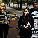 Greenpeace wręcza Premierowi zabawkową koparkę: Turów to nie zabawa!