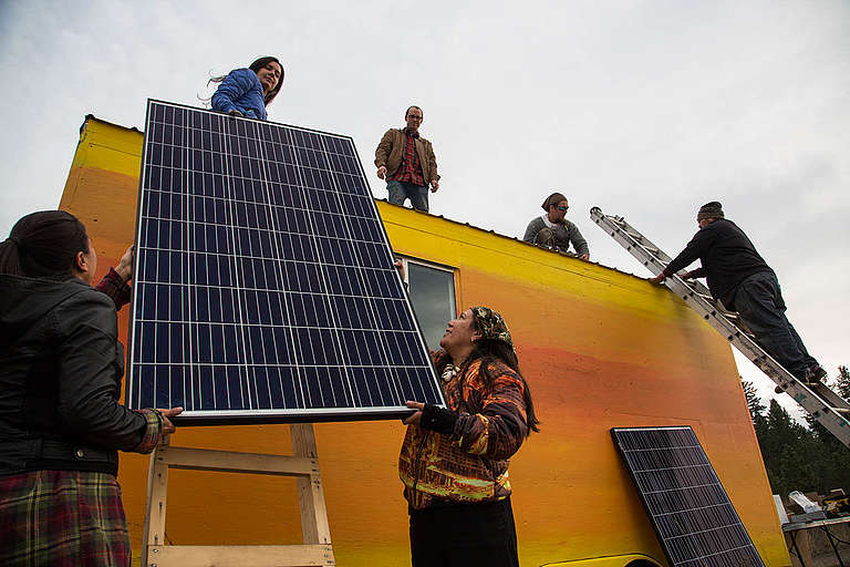 Tiny House Warriors in Canada Install Solar Panels. © Zack Embree / Greenpeace