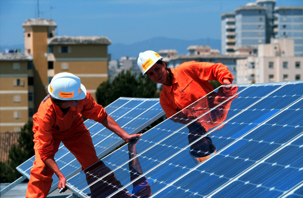 Camera Deputaților reintroduce autorizația de construire pentru panouri fotovoltaice și pune o nouă piedică în calea prosumatorilor