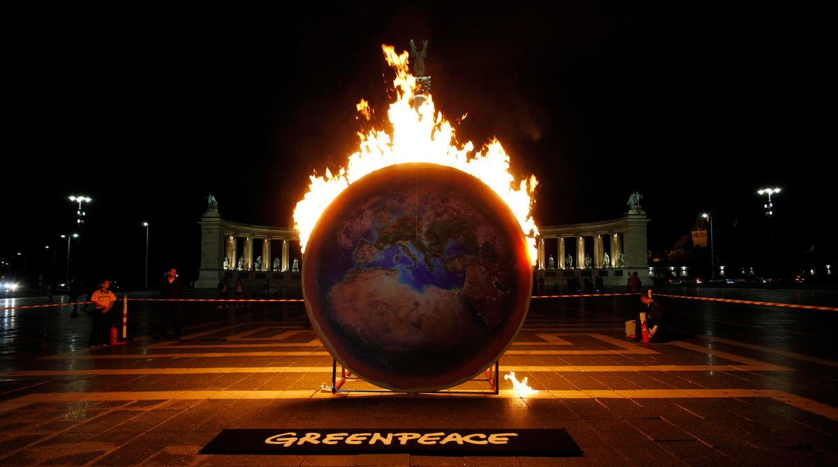 Burning Earth Action in Budapest. © Bence Jardany / Greenpeace