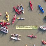 Aktivisti Greenpeace Slovensko protestovali na kajakoch proti výstavbe plynového LNG terminálu na Dunaji. Protest proti fosílnemu plynu podporila aj cyklojazda cez Prístavný most.