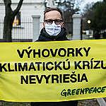 Organizácia Greenpeace Slovensko spustila 65 hodinový protest pred Úradom vlády, žiada, aby Slovensko podporilo ambiciózne klimatické ciele.
