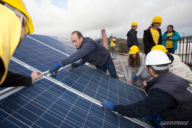 Sončne celice na strehi. (c) Greenpeace.