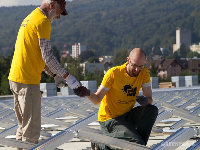 Postavljanje skupnostne sončne elektrarne. © Greenpeace / Jonas Scheu