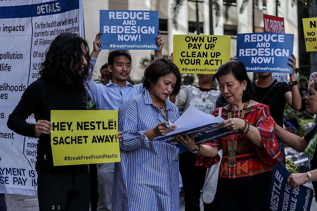 Aktivisti na shodu pri sedežu podjetja Nestlé na Filipinih
