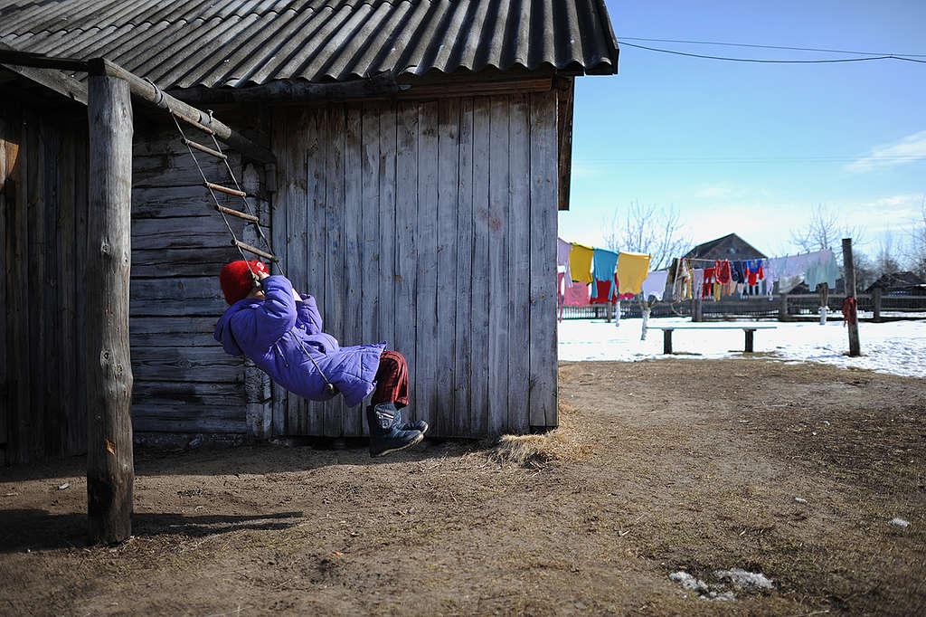 Child Playing in Drosdyn Village. © Jan Grarup / Noor / Greenpeace