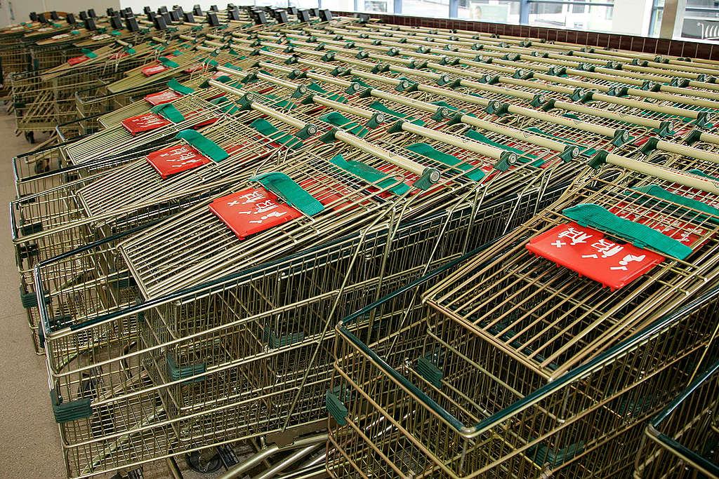 Shopping trolley in supermarket. © Greenpeace / Nigel Marple