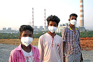 Children with N95 respirator, Korba district, Chhattisgarh. © Sri Kolari / Greenpeace