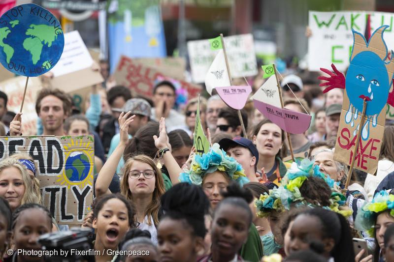 Miljontals människor, många av dom unga, demonstrerar världen över och kräver politisk handling för att möta klimatkrisen. Bilden är från en demonstration i Kapstaden 2019. (C) Fixerfilm/Greenpeace