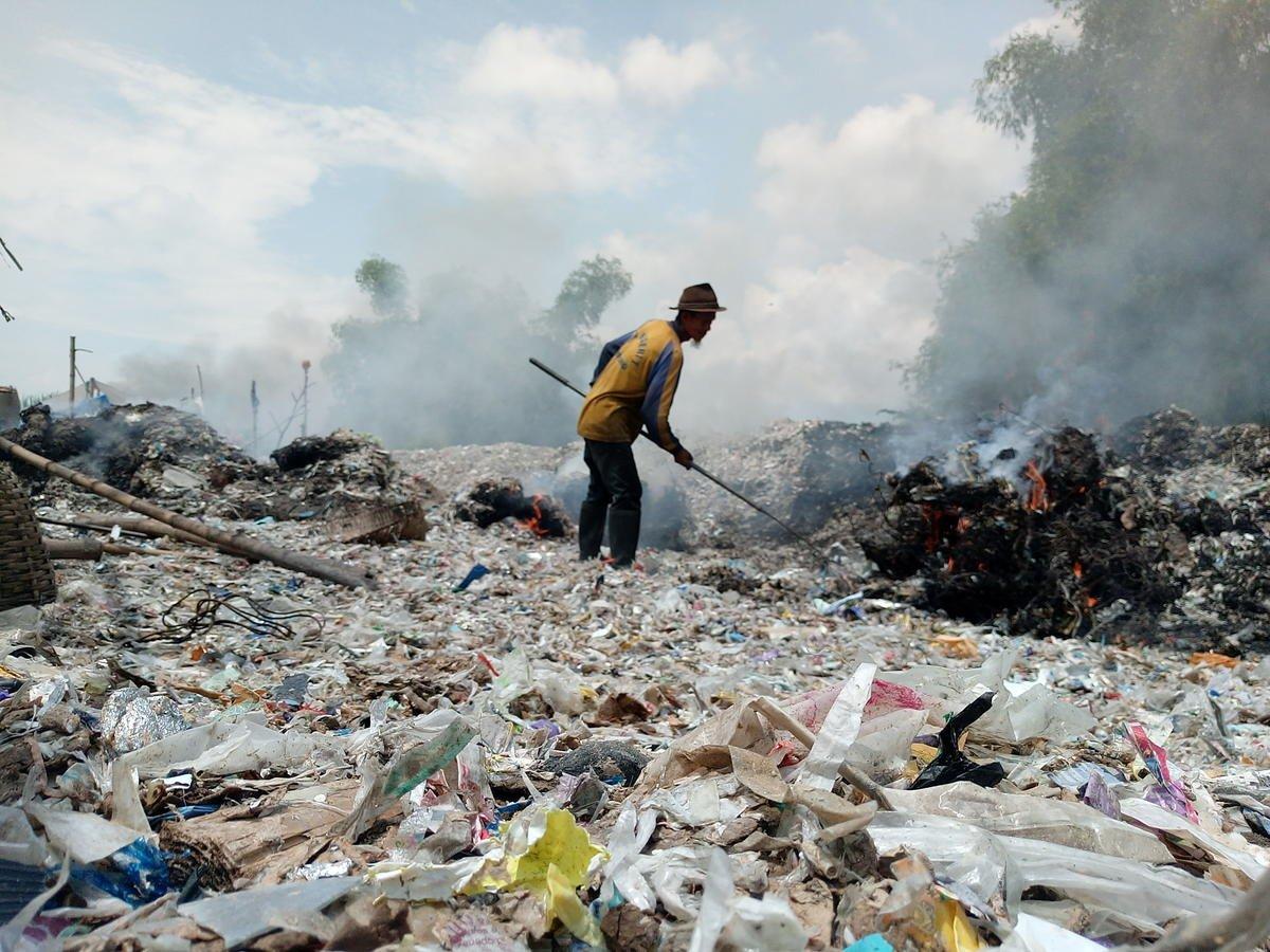 過量塑膠的危害不僅是污染自然生態,在製造與焚燒過程中,都會產生大量碳排放與空氣污染,影響人體健康,更助長氣候變遷。