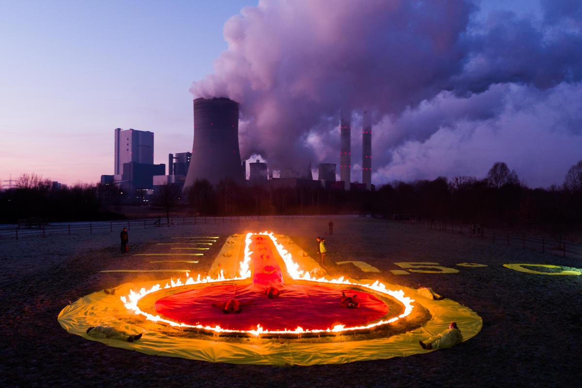 2019年綠色和平德國行動者在燃煤發電廠前設置燃燒中的溫度計,強調為減緩氣候變遷,能源使用上有責任做出改變,以將全球升溫控制在攝氏 1.5 度以內。