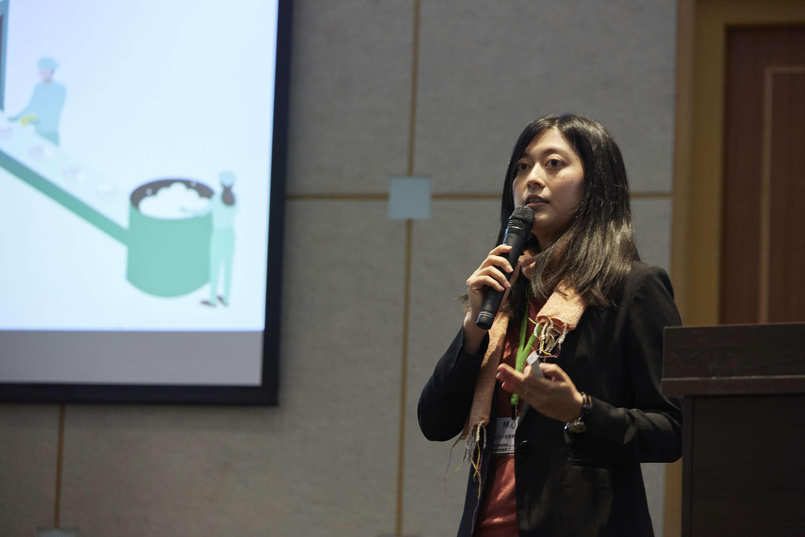 林心恬教授帶領成大環工研究團隊與綠色和平合作,調查位於臺北市和高雄市的全聯超市、統一超商門市包裝使用情形,發現光是這兩地的分店,一次性食品、飲料塑膠包裝使用量就高達 38,158 公噸。