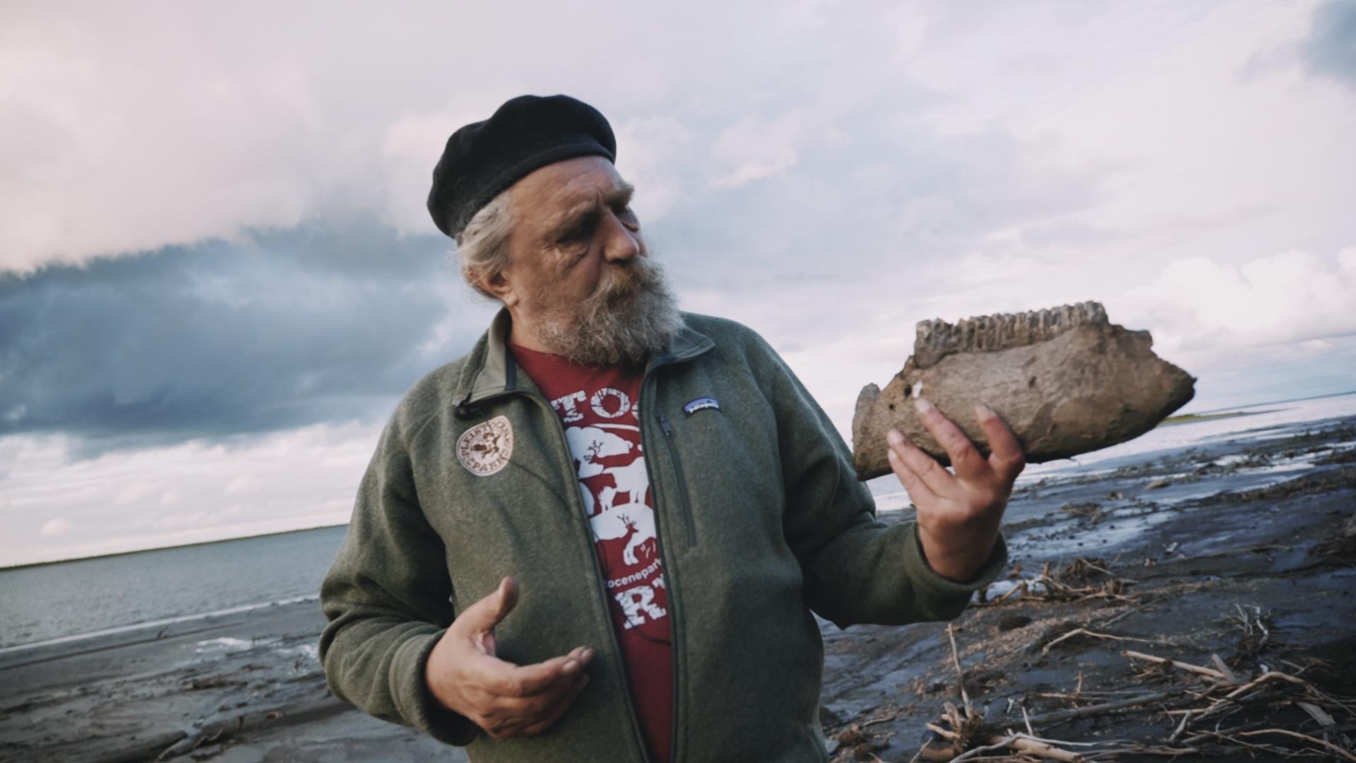 「更新世公園」創辦人之一賽爾吉齊莫夫(Sergey Zimov),在永凍土融化的地區可找到猛獁象的頭骨。