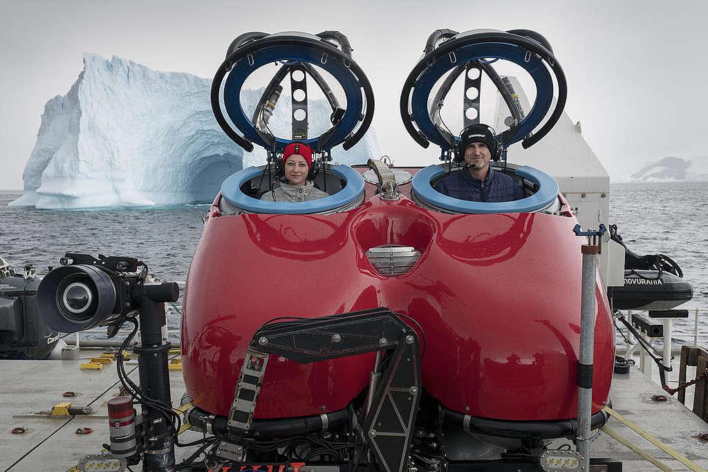 南極生物學家蘇珊.洛克哈特(左)和潛水艇駕駛員準備下水深潛南冰洋。