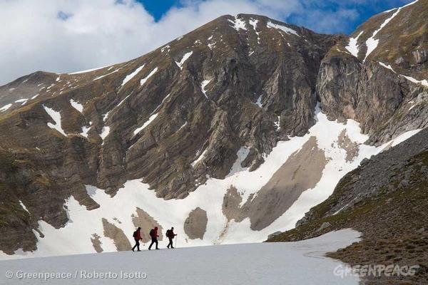 探險隊前往偏遠地區收集樣本