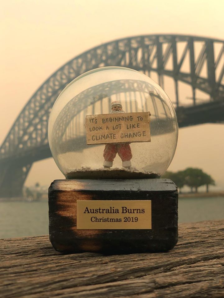 叢林大火哪有快樂聖誕?綠色和平澳洲辦公室12月向總理府送贈以灰燼取代雪花的水晶球,斥責政府漠視氣候變遷。