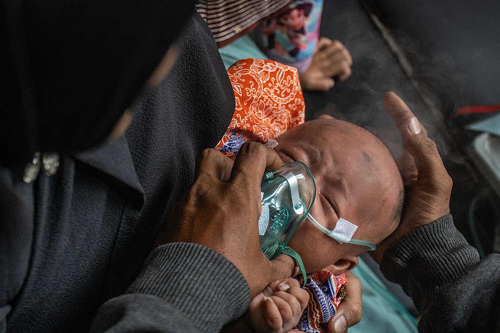 印尼大火產生有毒濃煙,造成當地居民呼吸道受到嚴重影響,許多嬰兒必須接受氧氣治療。