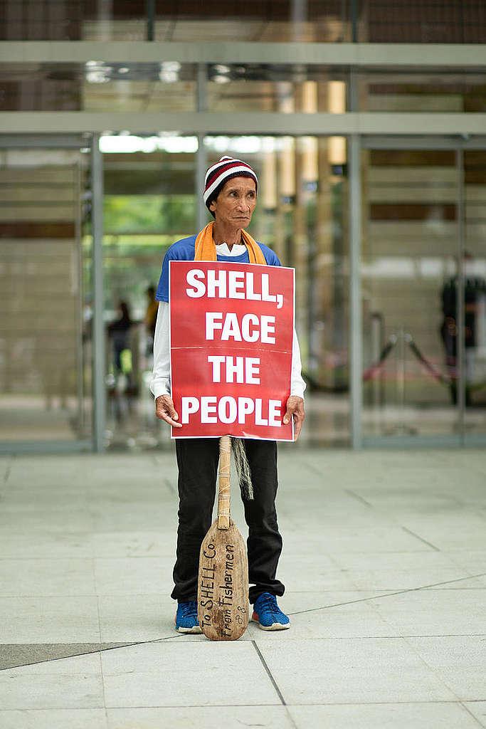 2019年9月,海燕風災受害者於Shell石油公司菲律賓總部外舉牌倡議,要求面對受災人民。