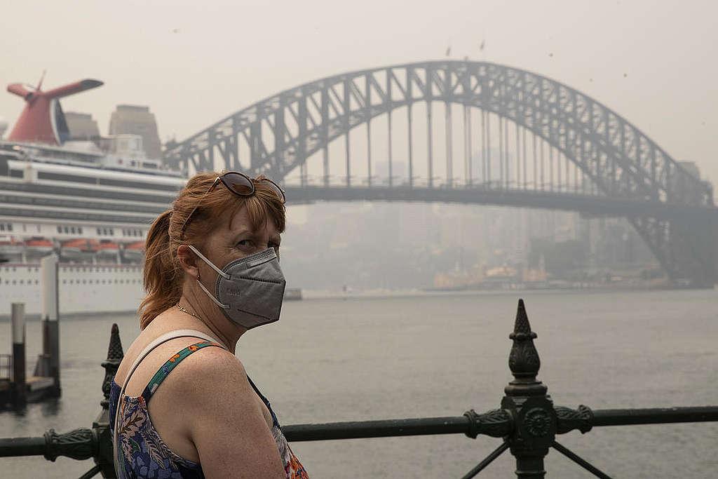 澳洲雪梨中央商業區(CBD)去年12月濁霧瀰漫,民眾戴上口罩自保。