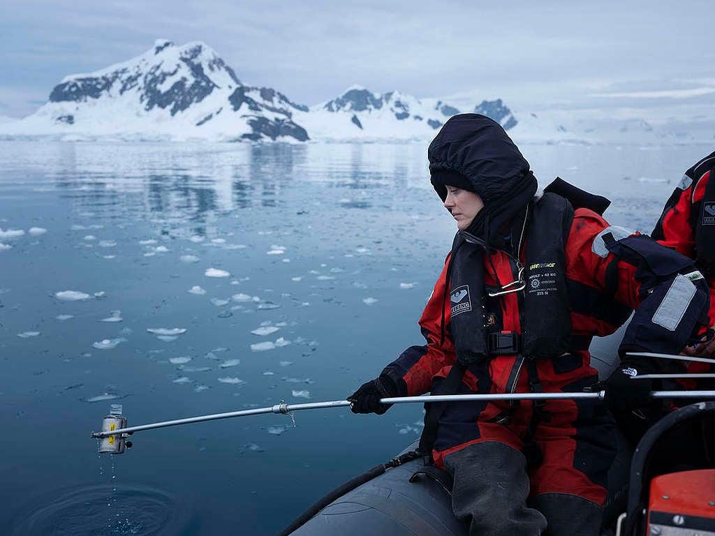 瑪莉詠柯蒂亞參與綠色和平調查,於南極海中取水採樣。