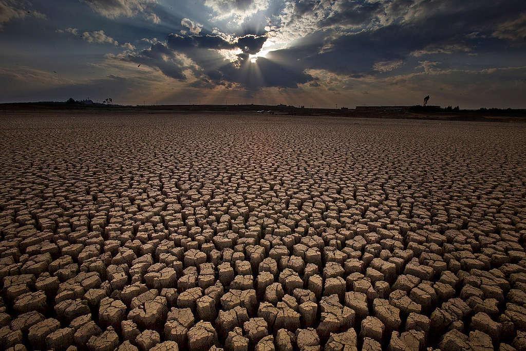 2010年4月,中國西山呂梁,乾旱帶來龜裂的土地。