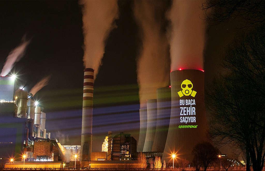 綠色和平土耳其辦公室行動者,於其中一間老舊燃煤電廠Kahramanmaraş Afşin A的煙囪上投影,要求淘汰排放毒氣的燃煤。