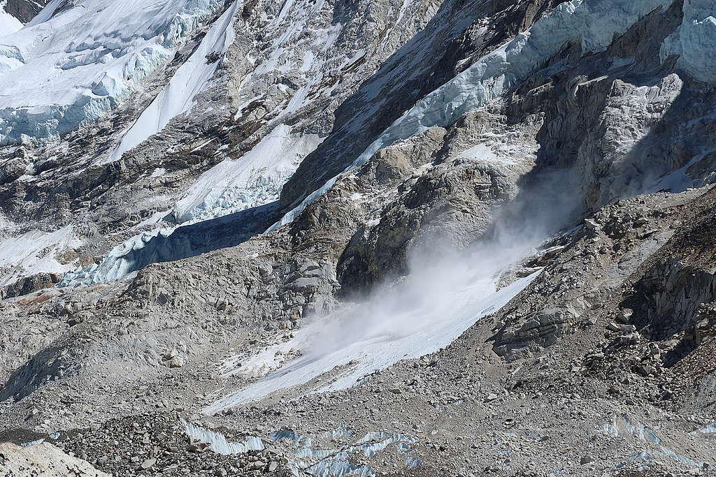 沿著海拔5,000公尺以上的冰河路(Glacier path),不時可見高山的懸冰崩落,聽見聲響後,冰雪滑落速度很快,僅見揚起的冰塵。