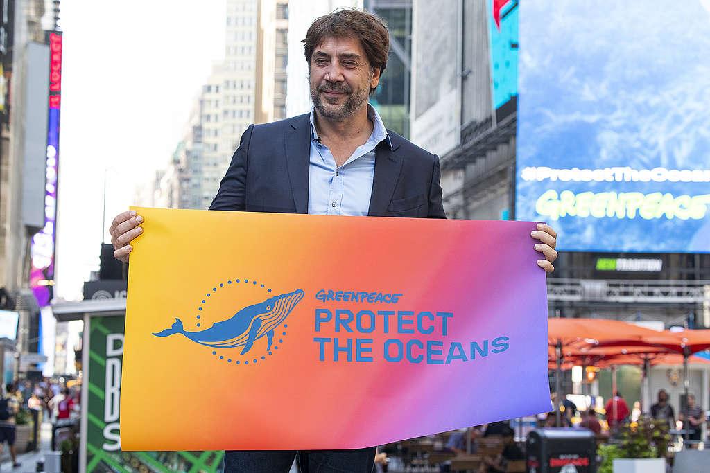 哈維爾巴登於紐約時代廣場,向民眾說明成立全球海洋公約的重要,期待全球能在2030年前保護至少30%的海洋。