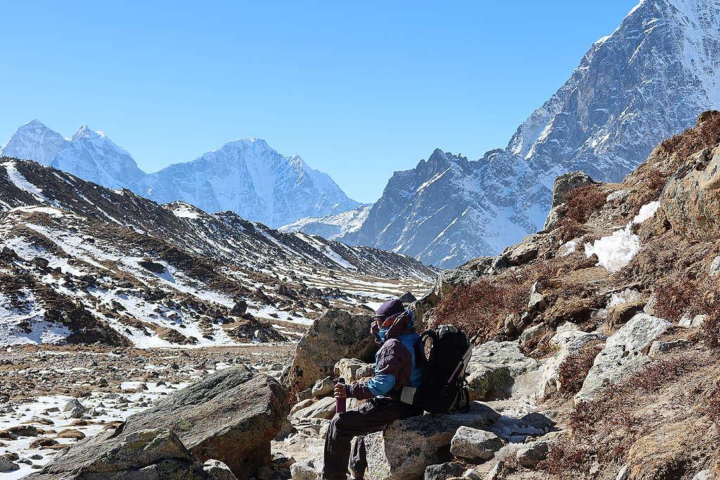 雖然帶基地營路線的健行隊報酬不高,但風險較低,Jyamjo Sherpa還能偶爾跟離鄉的兒子傳照片、通視訊電話,繼續守護著摯愛的山峰和訪客。
