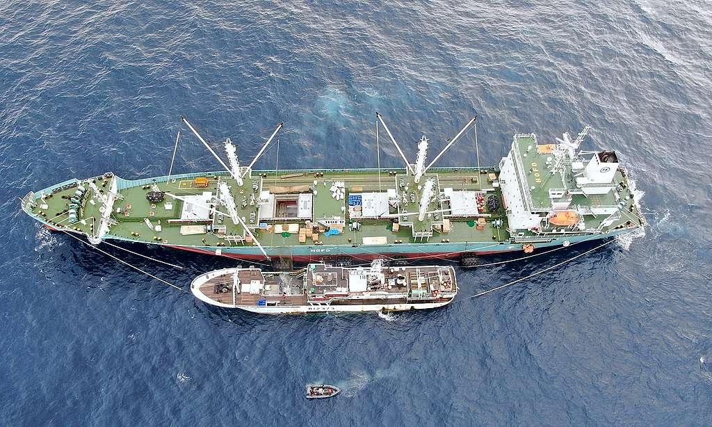 綠色和平調查團隊目擊「海上轉載」,冷凍鮪魚和鯊魚從漁船被轉卸在裝有冷凍設備的搬運船上。類似這樣的轉載,使捕獲數量難以監管,漁工也因此需在船上待更長的時間。