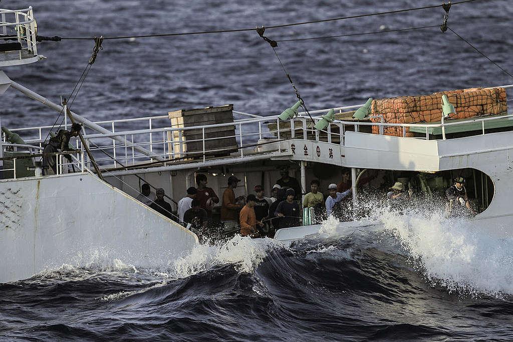 過度捕撈造成海洋資源耗盡,海上漁工的工作時間相對拉長,勞工權益卻往往被忽略。