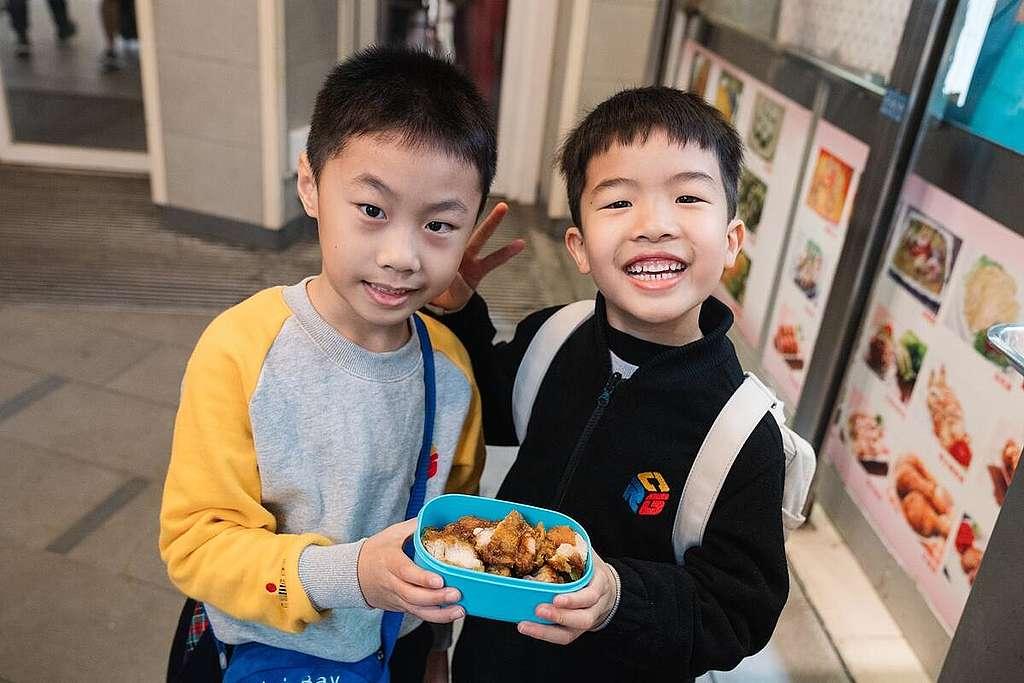學生參加無塑活動,自己攜帶容器購買食物和飲料。