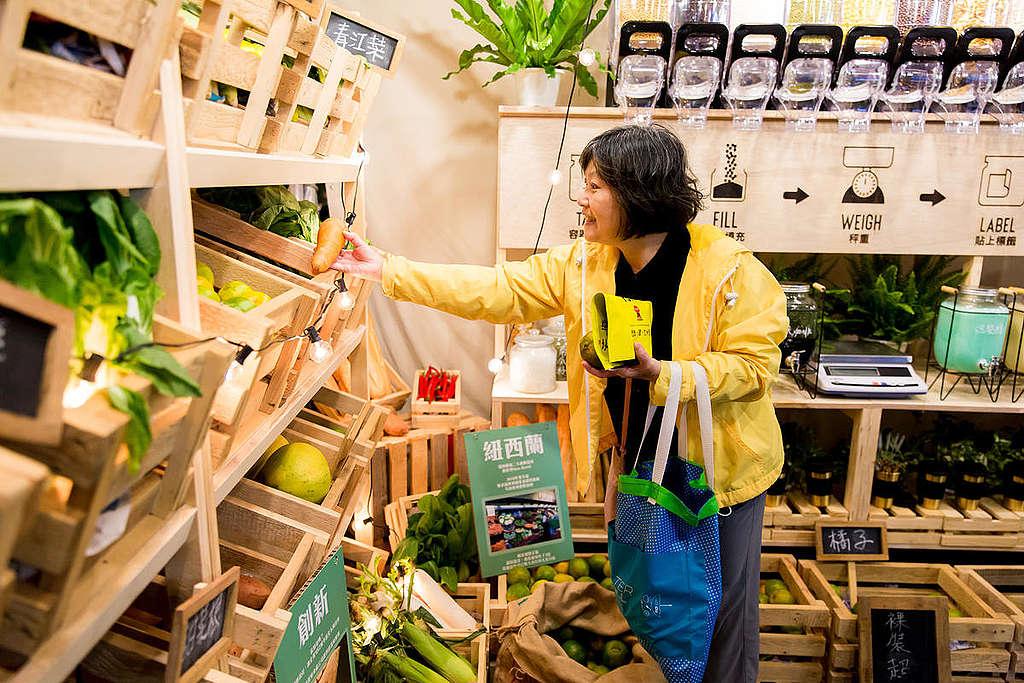 綠色和平在臺北與高雄展開「無塑示範店」,店內展示無塑膠包裝的生鮮、乾貨和清潔用品等商品,讓民眾體驗無塑購物的情景。