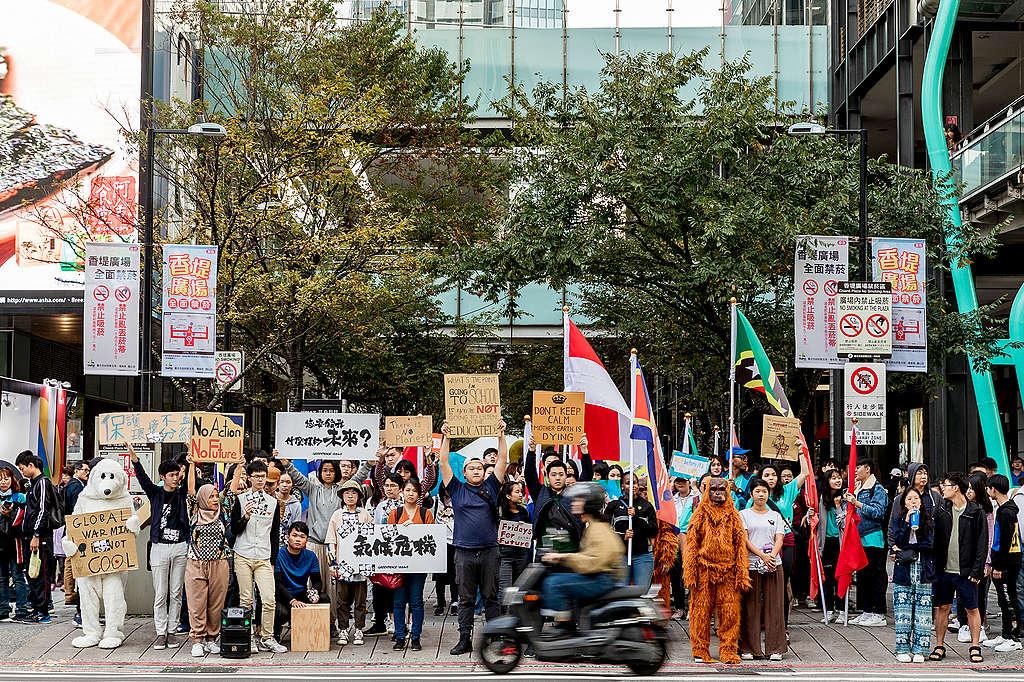 11月30日,綠色和平與超過100位來自15個國家、20所學校的青年,一起走上臺北街頭,於香堤大道廣場舉行了三個小時的快閃活動。