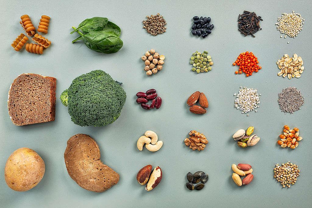 蛋白質對維持人體健康非常重要,但其實並非只有肉類才能攝取,植物中如黃豆、花椰菜、馬鈴薯、藜麥、堅果等,也有豐富營養的蛋白質。
