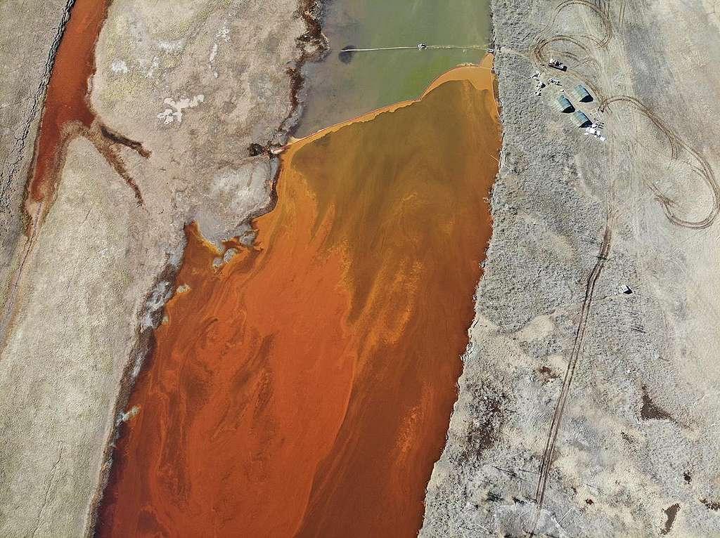 油污造成的影響長遠且難以清除,應嚴正制定法規並加以嚴懲,才可規範企業。